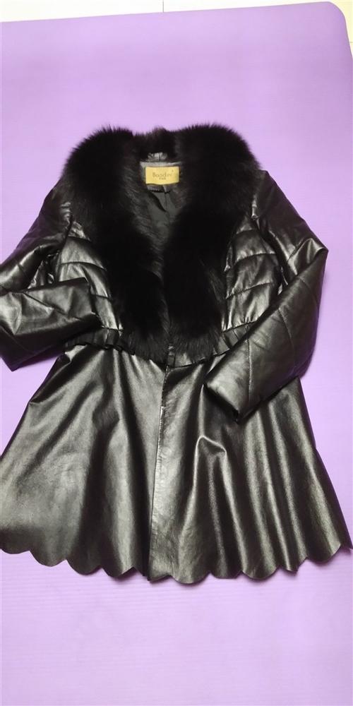 女儿给买的皮衣,只穿过一次,因个人原因不太喜欢穿,1800元买的,现低价1000元转给喜欢穿皮衣的朋...