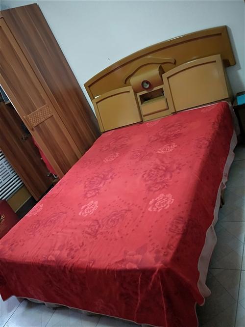 九成新床挥泪转让,打算搬家,东西便宜处理了原价2300的床599转了,柜子免费送
