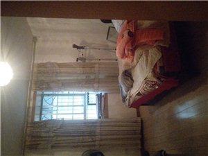 房屋出售位于步行街,121平米三室兩廳兩衛一廚。關門賣。領包入住