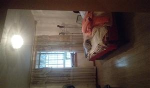 房屋出售位于步行街,121平米三室两厅两卫一厨。关门卖。领包入住