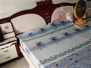 九成新1.8米大床包括品牌床墊出售,價格面議。