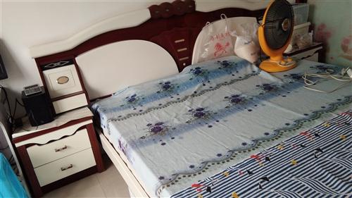 九成新1.8米大床包括品牌床垫出售,价格面议。