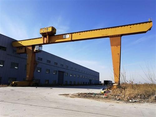 处理L型龙门吊32/5吨跨度28米,外悬各7米!有效起升高度12米,大厂制作!新车安装未用!钩子都还...