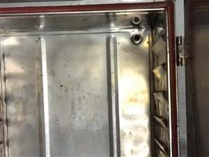 饭店蒸箱还很新,保护膜都没撕下来,