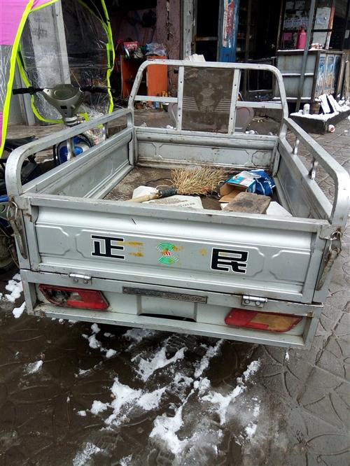 出售九成新正民电动三轮车车厢长一米五,宽一米零五,车况非常好,电池良好行程六十里