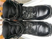 保真军靴。可以验货,可以面交,价格好商量。展示的这双是我现在穿着的,卖的是另一双一样的全新靴子。价格