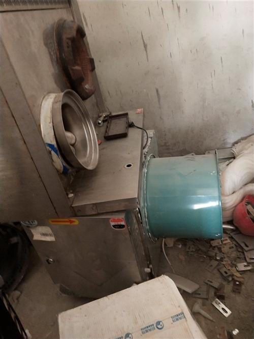 厨具半价处理,(用了一个月) 有,九鼎王面炉,冰熊冷藏展示柜,双轨压面机,大型油水分离炸炉。(炸锅...