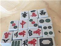 我有15付麻将牌出售,成色很新,全部带磁,长4.5厘米,宽3.5厘米,白底绿盖,每副50