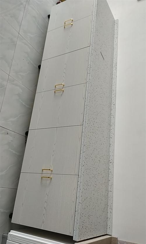2.45米,橱柜一个出售,全新的,生态板柜体,石英石台面,亚克力柜门板,缓冲液压合页。橱柜店房租到期...