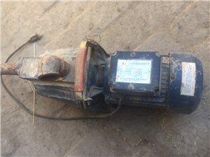 有两台单向自吸式水泵出售,蓝色电机1.5千瓦,绿色电机1.1千瓦,是排积水的好帮手,也可拆了泵用电机...