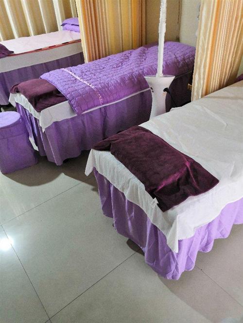 出售两张,按摩床,美容床,推拿床+床套,10成新,购买多了,处理两张+床套 床被 床罩 床枕套 需要...