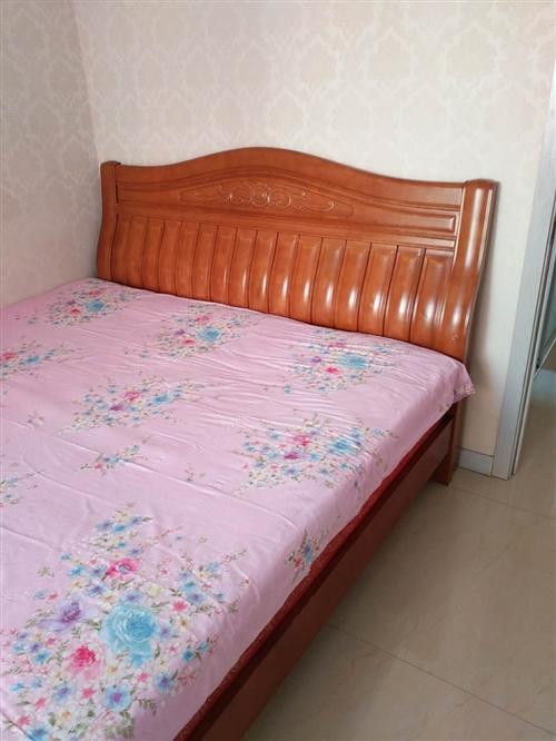 卖实木床,规格180*200米。九成新,使用两年,价格:700元。送床垫,铁力同城自取!谁买谁合...