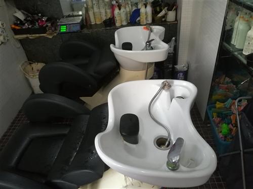 美发大工椅子?? 12把 美发镜片 存衣柜一个  店里升级想买的价格面议  请致电158435239...