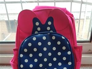 本人有一9成新书包适合幼儿园宝宝背,因孩子上大班买小了现20元转卖