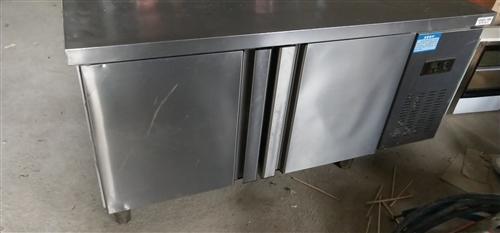 操作台冰柜一体,9成新用俩月,制冷效果好