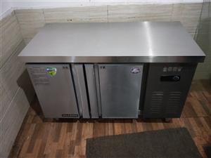 低价出售图中物品  (装饰灯 平冷柜  制冰机 开水机  电磁炉  收银机) 均八成新  使用不到半...