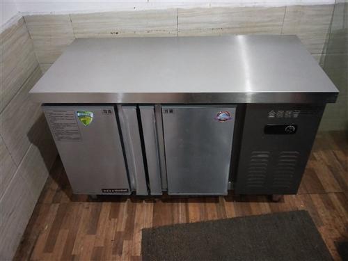 低价出售图中物品  (装饰灯 平冷柜  制冰机 开水机  电磁炉  收银台) 均八成新  使用不到半...