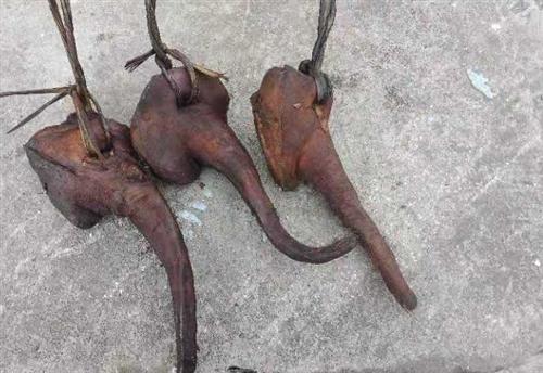 长阳高山自家喂养的猪,柴火熏制的腊肉。 吃不完,现少量出售。 有腊猪脸、腊肉、腊猪蹄
