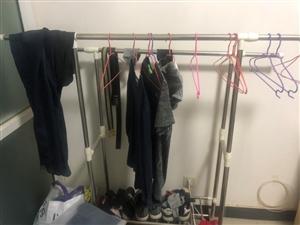 可拆卸晾衣架,下面带轱辘。150买的,50便宜处理了
