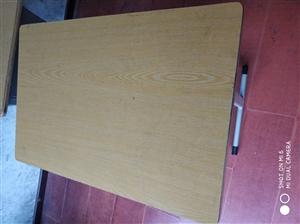 课桌20元一张需要的联系,凳子赠送。共100张。