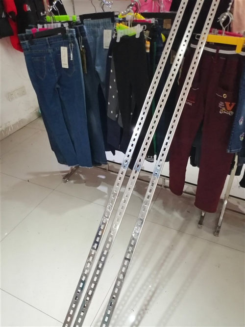 服装店铺上墙梯柱架20个左右《两米长》, 墙上置物版大概在20个左右《1米2的、60公分,都有》,...