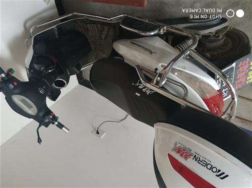 ?#26412;?#29616;代电动车 骑了一年多点 全原装  少了一个反光镜 9成新 不刀