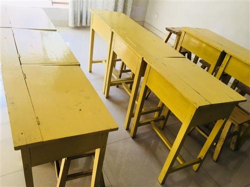 学习桌,实木的。共有八套,带凳子。