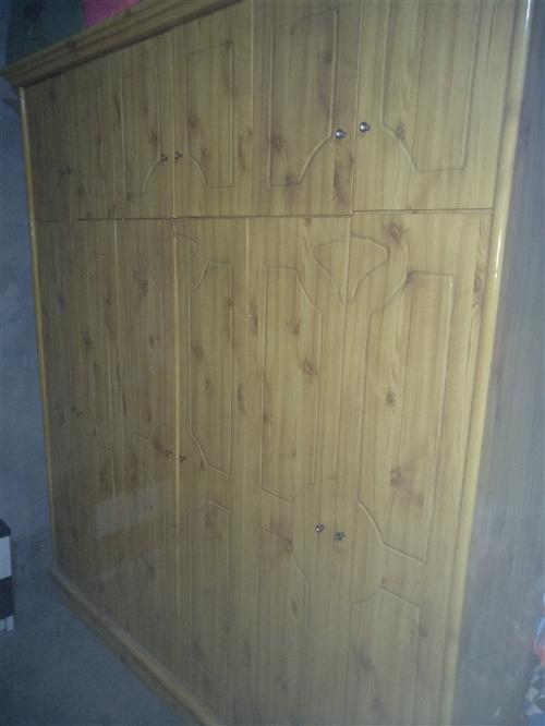 因为搬家处理一些经济实惠的二手居家用品家具,实木6门衣柜1个,木条椅1个,凉椅1个,餐桌1个,电脑桌...