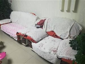 三人加一人的沙发。