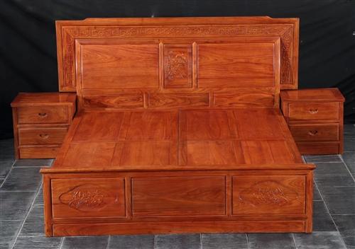 草花梨紅木輝煌大床套,在浙江紅木廠自己做的??梢詸z測真假。只收本錢。¥8500。未用過包裝還在