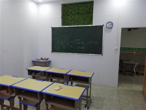 30套单人辅导课桌    三张1.5×2.0黑板    俩台1.5匹定频挂式空调  全都是半年前采购...