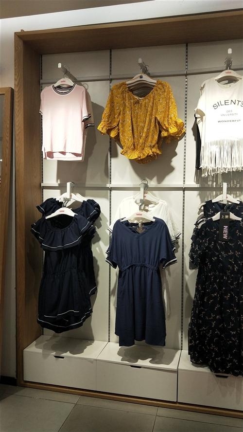 8成新品牌专卖店服装板墙;13组打包出售