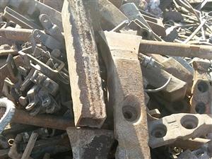 大量收购大件生铁,熟铁,报废车辆,厂矿设备,车床,边角料,电话15135496862