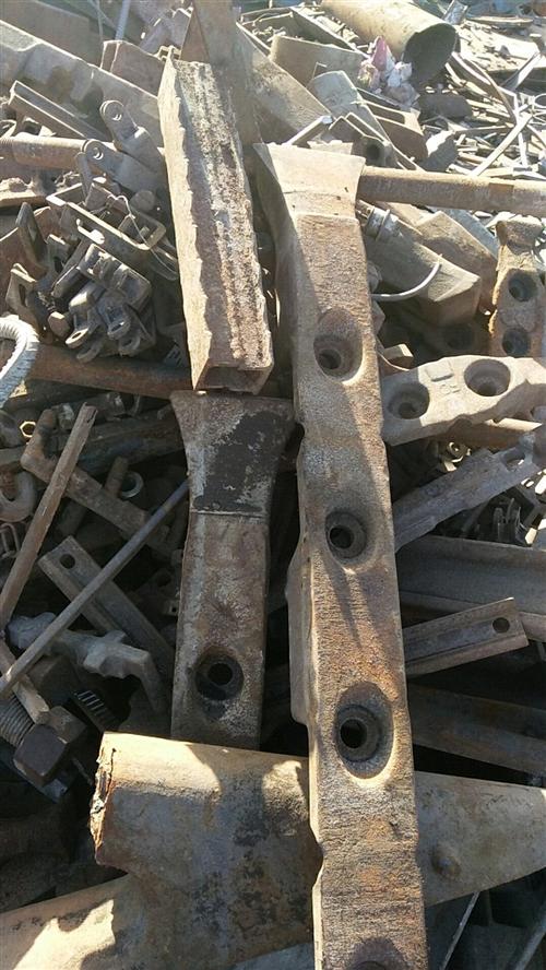 大量收购大件生铁,熟铁,报废车辆,厂矿设备,车床,边角料。电话15135496862