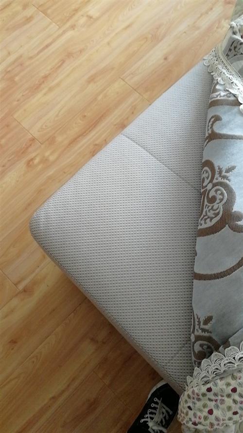 9成新沙發低價出售,買來不到2年,保護的比較好,因工作調動,低價出售,寬4.1米。