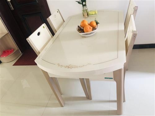 婚房裝修買的餐桌,安裝后發現尺寸有點不合適,全新未使用,2900買的全友家居。一張餐桌四把餐椅。