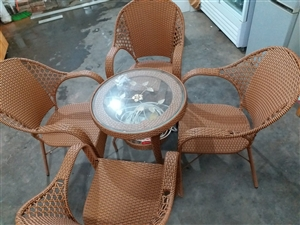 出售99新休闲桌椅一套,一个钢化玻璃小圆桌,四把加厚藤条椅。刚买用不了贱卖!