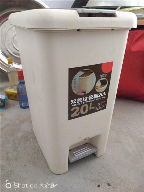 闲置垃圾桶,全新,买多了一直没用。20升的,原价50元,现在便宜处理15元,不还价,非诚勿扰
