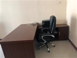 新买的办公桌,1.6米,本人办公室有点小,想换小圆桌,所以低价处理
