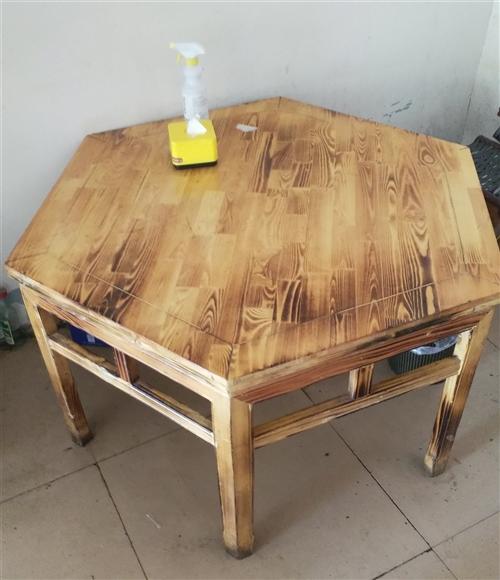 六角实木桌,配6把新高马扎,300元