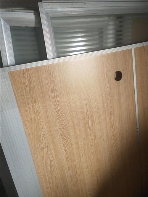 办公室用的桌子,玻璃隔断。四组处理,给钱就卖。