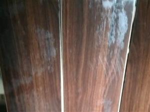 现因门店到期低价出售大量九成新木地板,大概有一千方,图一是水渍反光,另外还有颜色多样高质地毯,镂空隔...