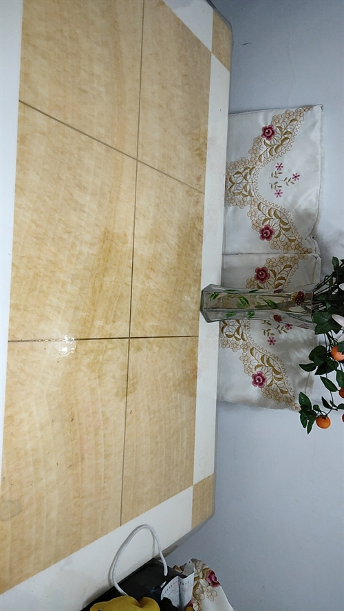大理石餐桌,六把椅子,带刺绣椅子套。售价1000,联系电话1529378026,非诚勿扰!