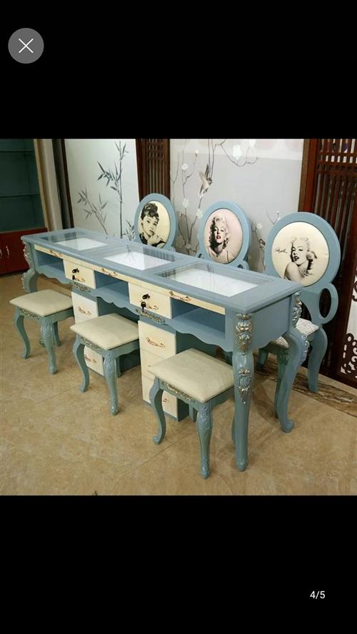 全新的美甲桌椅,因买多了一套没有哪里放了。现在便宜转让,三人的