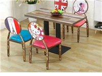 主题钢架结构餐桌椅深色大家喜欢,在我们二手市场不仅有旧的还有新的,品种多 欢迎大家来电或者到店咨询