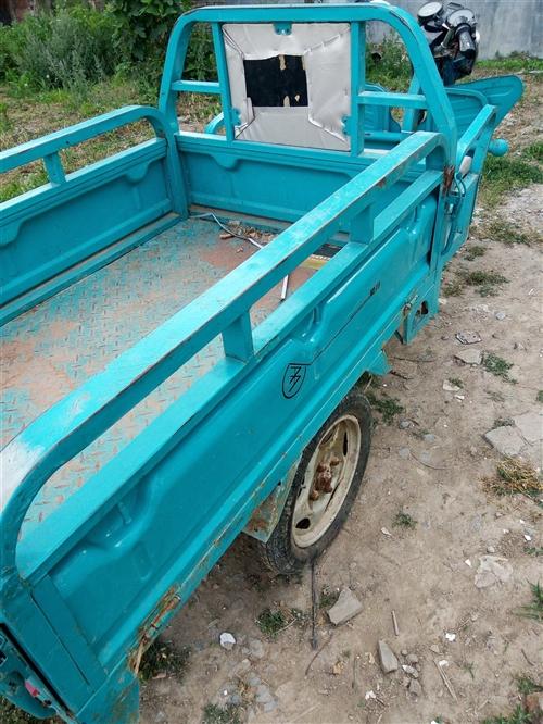 出售九成新爱玛电动三轮车,车厢长一米三,宽一米,车况非常好,电池良好行程六十里