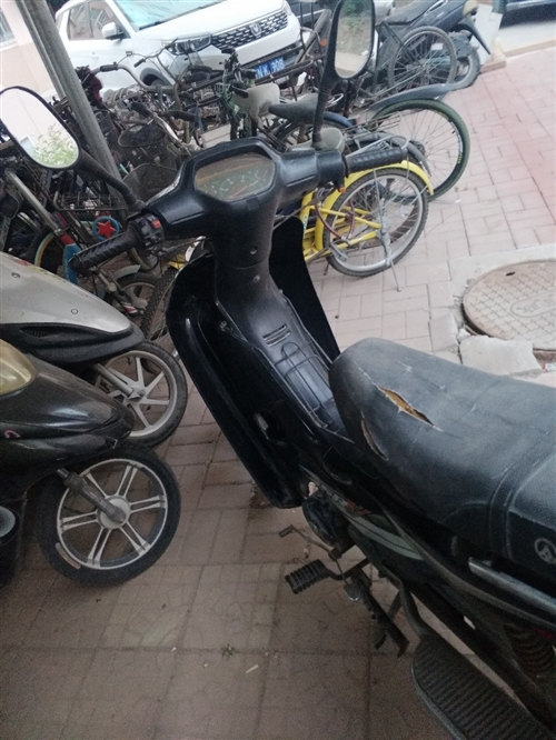 出售二手弯梁摩托车一辆,正常可以骑,车座有损坏!!价格800