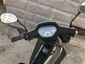 出售自家用弯梁摩托车,有牌,新换的前后刹车和后胎,发动机没什么毛病,因为还有一辆摩托车,所以这个就闲...