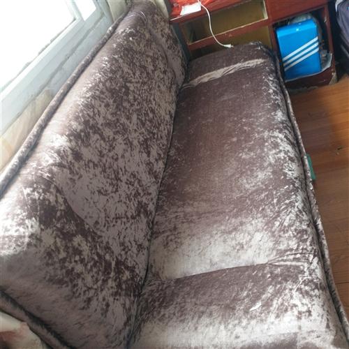 九成新折叠沙发 可以当床使用 保证质量 因为工作原因 暂时放在朋友家  现急需处理。有需要的可以联系...