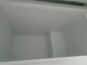 转让九成新冰柜一台,豆浆机一台,大盆一个,大桌椅五套,小桌椅三套,操作台一个,坡子面粉厂面粉50斤新...
